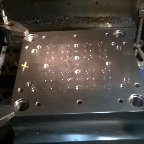 Lavorazione di fresatura cnc di blocchi stampo.
